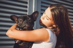Porträt der schwarzen Bulldogge und seines Inhabers lizenzfreie stockbilder