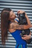 Porträt der schwarzen Bulldogge und seines Inhabers lizenzfreie stockfotos