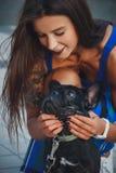 Porträt der schwarzen Bulldogge und seines Inhabers lizenzfreie stockfotografie