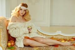 Porträt der sehr netten jungen blonden Frau in einem weißen Strickpulli lizenzfreie stockfotografie