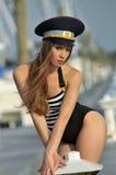 Porträt der sexy blonden Mädchenaufstellung sexy am Bootsjachthafen Lizenzfreie Stockbilder