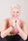 Porträt der sexy Blondine mit Durchdringen Stockfotografie