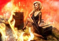 Porträt der sexy Blondine mit Gewehr Stockfotografie