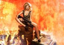 Porträt der sexy Blondine mit Gewehr Lizenzfreie Stockfotografie