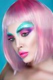 Porträt der sexy Frau mit dem kreativen Make-up und Rosenquarzhaar stockbild