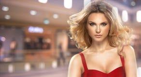 Porträt der sexy Frau mit dem langen gelockten Haar Stockbilder