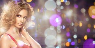 Porträt der sexy Frau mit dem langen gelockten Haar Stockfoto