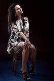 Porträt der sexy Frau sitzend auf Stuhl lizenzfreie stockfotos