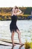 Porträt der sexy leidenschaftlichen kaukasischen blonden weiblichen Aufstellung auf Torte Stockfotografie