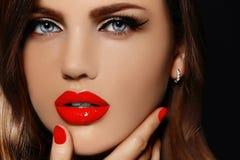 Porträt der sexy vorbildlichen Frau mit den bunten Lippen vervollkommnen skean Lizenzfreie Stockfotos