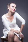 Porträt der sinnliche Mode-kaukasischen Frau im sexy Blick Aufstellung gegen Gray Background Lizenzfreie Stockfotos