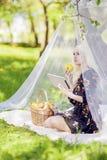 Porträt der sinnlichen blonden weiblichen Frau, die Ebook-Tablet in F liest Lizenzfreie Stockfotografie
