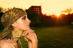 Porträt der sinnlichen Frau untersuchend den Sonnenuntergang Lizenzfreie Stockfotos