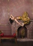 Porträt der sinnlichen jungen Frau der Schönheit in der orientalischen Art im Luxusraum Lizenzfreies Stockfoto