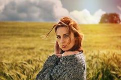Porträt der sinnlichen jungen roten Haarfrau auf atemberaubender Ansicht von Stockbild