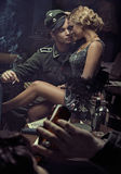 Porträt der sinnlichen militärischen deutschen Paare stockbild