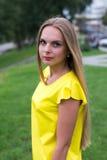 Porträt der sinnlichen modernen jungen Frau im gelben Kleid im Freien Lizenzfreies Stockbild