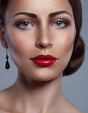 Porträt der Snazzy hoch entwickelten Frau mit Sommersprossen lizenzfreies stockfoto