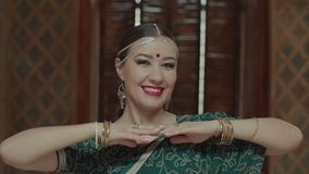 Porträt der spielerischen blinzelnden Frau im indischen Sari stock video footage