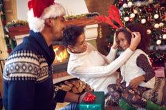 Porträt der spielerischen Familie und des Kindes während des Weihnachten lizenzfreie stockfotografie
