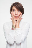 Porträt der spielerischen unterhaltenden jungen Frau, die lustiges Gesicht macht Lizenzfreies Stockfoto