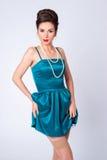 Porträt der stilvollen Frau in einem Weinlesekleid Stockfotos