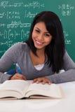 Porträt der Studentin Studying Lizenzfreie Stockfotografie