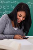 Porträt der Studentin Using Cell Phone Stockfotos