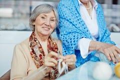 Porträt der talentierten älteren Frau lizenzfreie stockfotos