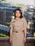 Porträt der thailändischen parlamentarischen Offizieruniformfrau Stockfoto