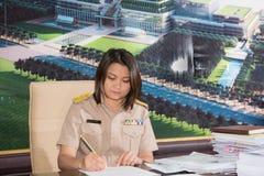 Porträt der thailändischen parlamentarischen Offizieruniformfrau Stockfotos