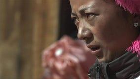 Porträt der tibetanischen Frau schaut Druck unter Leuten im Jidi-Dorf, Bereich in Shangri-La yunnan China stockbild