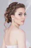 Porträt der träumerischen jungen Braut in einem luxuriösen Spitzehochzeitskleid Lizenzfreie Stockbilder
