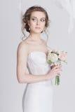Porträt der träumerischen jungen Braut in einem luxuriösen Spitzehochzeitskleid Lizenzfreies Stockbild