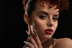 Porträt der tragenden Nagelkunst des Modells und helle bilden Stockbild