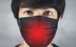 Porträt der tragenden Vermeidung von Umweltverschmutzung des Mannes oder der Grippemaske mit Gefahr stockfoto