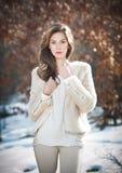 Porträt der tragenden weißen Kleidung der jungen Schönheit im Freien. Schönes Brunettemädchen mit der langen Haaraufstellung im Fr Lizenzfreie Stockbilder