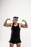 Porträt - der Trainer auf Bodybuilding zeigt eine Übung, um sich zu wärmen Lizenzfreie Stockbilder
