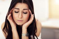 Porträt der traurigen Frau in der modernen Küche Stockfotografie