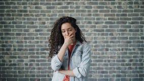 Porträt der traurigen jungen Frau, die das Gesicht und Haar ist deprimiert und traurig berührt stock footage