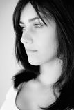 Porträt der traurigen jungen Frau Schwarzweiss lizenzfreie stockfotografie