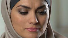 Porträt der umgekippten moslemischen Frau, die Kamera, Traurigkeit und Einsamkeit, Krise betrachtet stock video