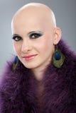 Porträt der unbehaarten Frau in der purpurroten Boa lizenzfreies stockfoto
