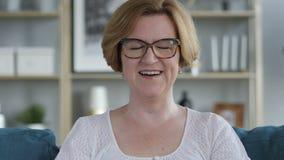 Porträt der Unterhaltung der älteren Frau, on-line-Videochat stock footage