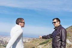 Porträt der Unterhaltung mit zwei jungen Männern im Freien Lizenzfreie Stockfotografie