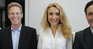 Porträt der verschiedenen Gruppe Geschäftsleute glücklicher Lächelns im modernen Büro, erfolgreiche Wirtschaftler mischen Renntea stock video