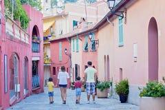 Porträt der vierköpfiger Familie, gehend auf die Straßen von Villefranc stockfotos