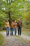 Porträt der vierköpfiger Familie im Park lizenzfreies stockbild