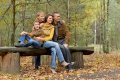 Porträt der vierköpfiger Familie im Park lizenzfreie stockfotos