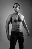 Porträt der vorbildlichen Aufstellung des Muskelmannes im Studio Stockfoto